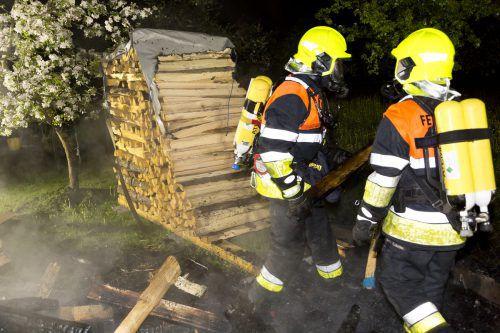 Komposthaufen und Holzstapel standen in Brand.  Foto: Mathis