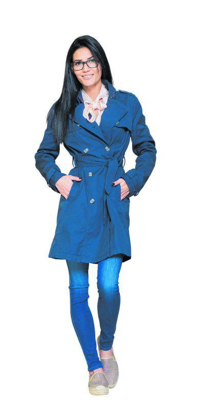 Modischer Übergang: Daniela Jokovic trägt ein lässiges Frühlingsoutfit von Façona: Schuhe (49,90 Euro), Hose (139,90 Euro), Bluse (109,90 Euro) und Trenchcoat (179,90 Euro).                Foto: VN/steurer