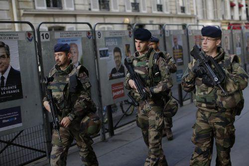 Nach dem Attentat vom Donnerstag in Paris waren am Wahltag neben der Polizei auch Soldaten der Französischen Armee im Einsatz. Foto: AP