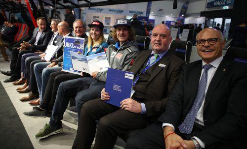 ÖOC-Chef Karl Stoss (r.), Michael Doppelmayr (2. v. r.) und Spitzensportler und Funktionäre nach Vertragsunterzeichnung.  Foto: ÖOC