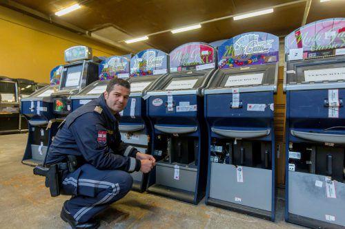 Polizist Christian Schwendinger vor beschlagnahmten Glücksspielautomaten. Foto: VN/Paulitsch