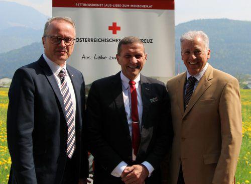René Belz (MItte) flankiert von den beiden Rotkreuz-Geschäftsführern Franz Rous (links) und Roland Gozzi. Foto: RK