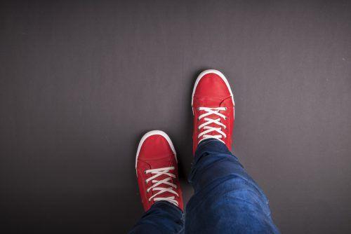 Rote Sneakers als Blickfang sind nicht immer die richtige Botschaft für den ersten Eindruck.