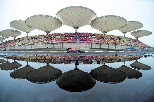 Viel Regen und zuwenig Sicht – Daniel Ricciardo im Red Bull und seine Kollegen waren am ersten Tag in Schanghai auf Sparflamme unterwegs. Foto: apa