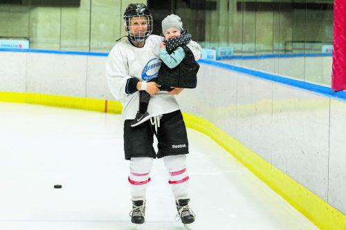 Zwei Frohnaturen mit Faible fürs Eis: Eishockey-Nationalteamspielerin Eva Beiter und Töchterchen Melissa.  Foto: Zangerle/kogler