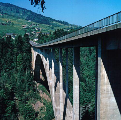 1972: Zum Zeitpunkt ihrer Erbauung war die Lingenauer Hochbrücke die größte Bogenbrücke in Österreich.