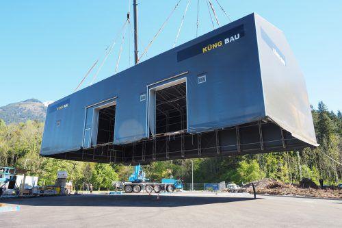 32 Meter lang, 16 Meter breit, 10 Meter hoch und 24 Tonnen schwer: Die Riesenhalle wurde um 30 Meter versetzt. Foto: tmh