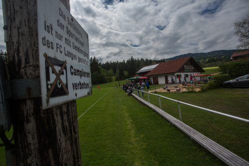 Am Fußballplatz von RW Langen, derzeit 1. Landesklasse, herrscht an den Spieltagen eine familiäre Atmosphäre. Fotos: Steurer/3