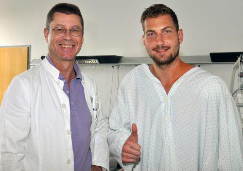 Am Tag nach der Operation blickt Andreas Lukse (im Bild mit Dr. Gernot Sperner) schon wieder optimistisch in die Zukunft. Foto: Altach