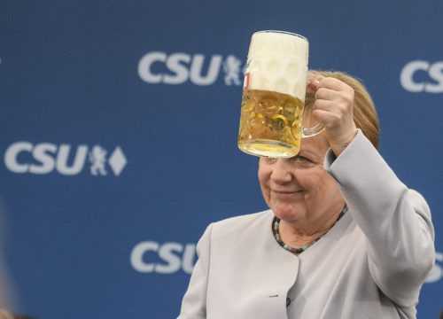 Angela Merkel hebt eine Mass Bier auf ein starkes Europa. Foto: AP