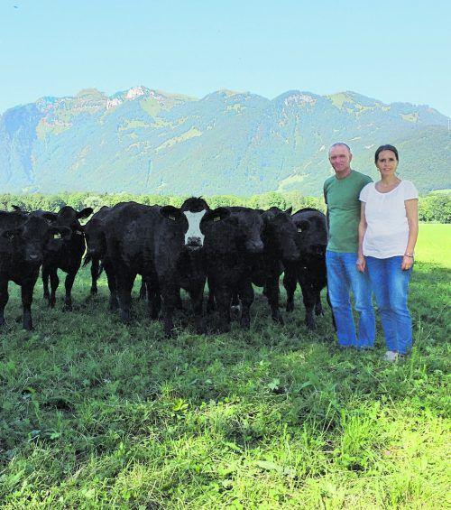 Angelika und Bernhard Feistenauer mit ihrer Herde. Fotos: VD
