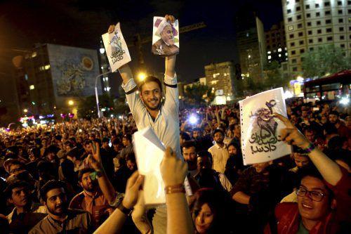 Anhänger Ruhanis feiern auf den Straßen von Teheran. Foto: AP