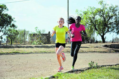 Anna-Sophie Meusburger beim Training auf der Aschenbahn in Kenia mit einer ihrer Trainingskolleginnen. fotos: verein