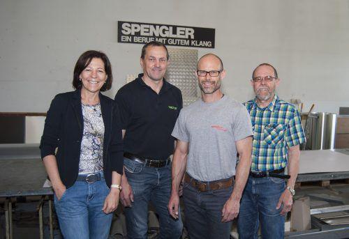 Anna und Emanuel Schinnerl (Fa. Tectum), Spengler Markus Hörburger und Werkstätten-Eigentümer Anton Amann. Foto: Firma