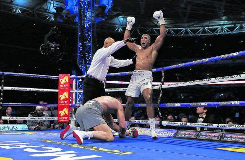 Anthony Joshua jubelt. Wladimir Klitschko ist im Wembley-Stadion zum dritten Mal am Boden, der Kampf ist aus. Foto: reuters