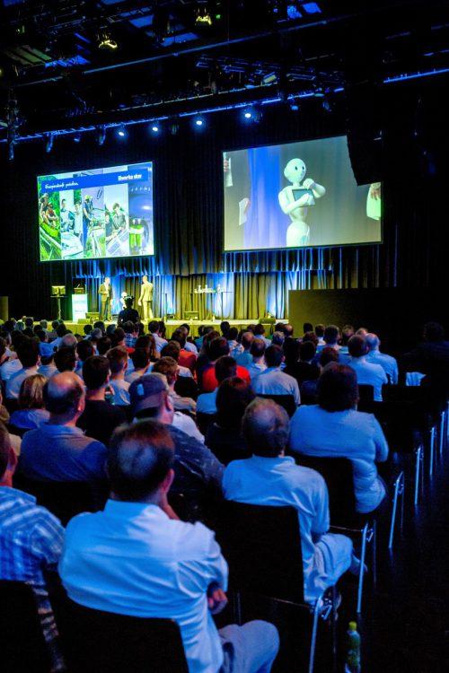 Auf der Bühne begrüßte Roboter Pepper und schwor die Illwerke-VKW-Mitarbeiter auf die Zukunft ein. Foto:VN/Paulitsch