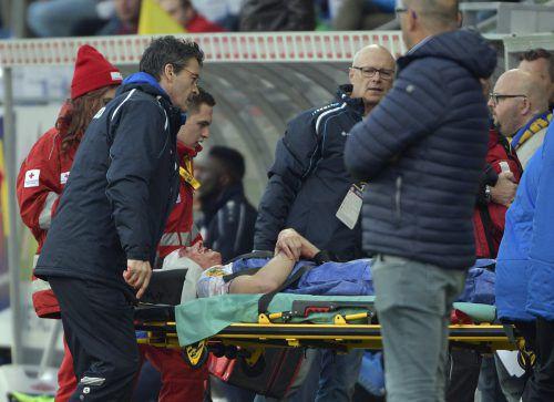Auf einer Trage wird Benedikt Zech vom Platz gebracht, erst in die Kabine, danach ging es sofort weiter ins Krankenhaus. Foto: apa