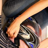 Den Helm ausziehen oder lieber anlassen?