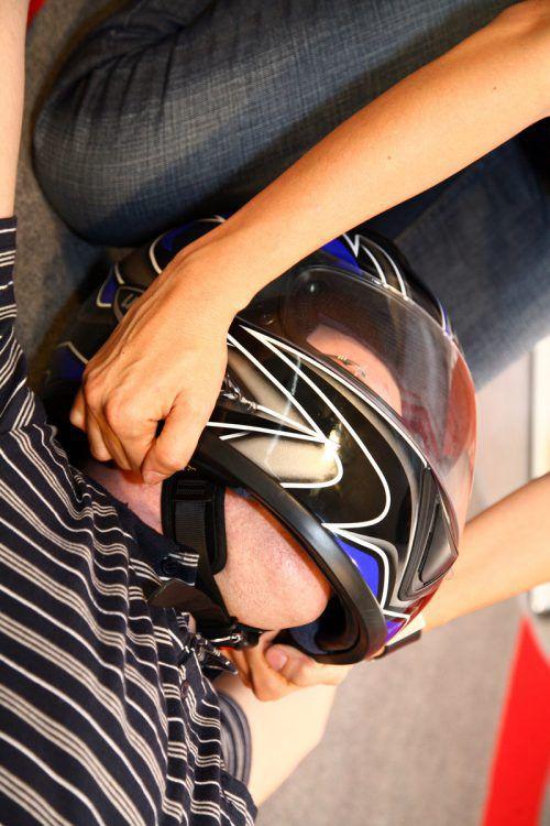Aus dieser Position sollte der Helm vom Kopf gezogen werden.