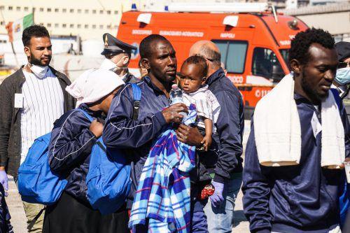 Aus Seenot gerettete Flüchtlinge am Hafen von Neapel.  Foto: AP
