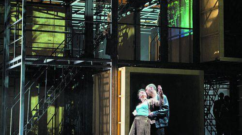 """Ausrine Stundyte und Leigh Melrose (r.) begeistern in Prokofjews """"Der feurige Engel"""". Foto: Oper/Rittershaus"""