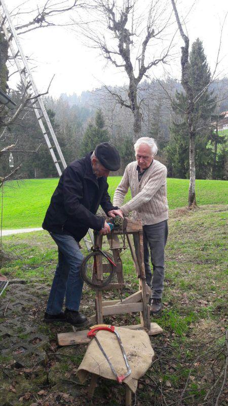 Bäuerliches Handwerk: Birkenbesen binden.  Foto: Waldschule