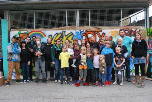 Beim Graffiti-Sprühen mit der Offenen Jugendarbeit hatten Jung und Alt viel Spaß. FotoS: ERH