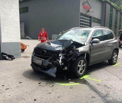 Beim Überholen prallte die Frau frontal gegen dieses Auto.