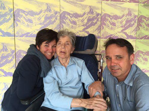 Bertram und seine Frau Priska sind regelmäßig bei seiner Mutter Erna im Sozialzentrum Schruns zu Besuch. Foto: VN/kum