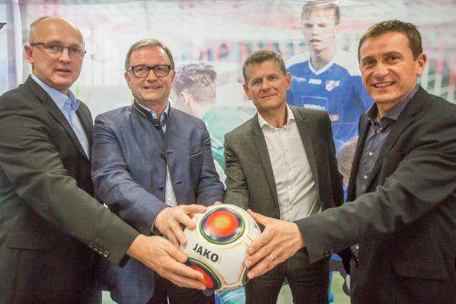 Besiegelten die Zusammenarbeit: Georg Zellhofer und Karlheinz Kopf für Altach sowie Horst Lumper und Andreas Kopf für den VFV (v. l.). Foto: Steurer