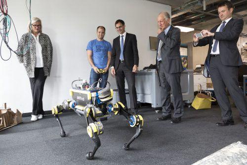 Bestaunte in der ETH Roboter und künstliche Intelligenz: LH Wallner beim zweitägigen Arbeitsbesuch in der Schweiz. Foto: VLK
