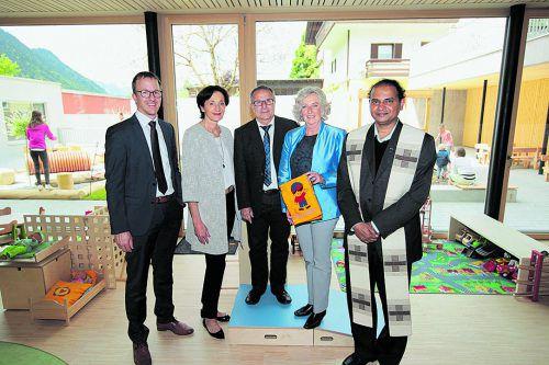 Bgm. Christian Gantner (l.), LR Bernadette Mennel, Bürgermeister Eugen Hartmann, LR Katharina Wiesflecker und Pfarrer Jose Chelangara.