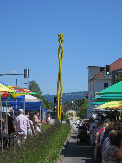 "Brückenfest unter dem 13 Meter hohen Kunstwerk ""Do-Helix"". ha"