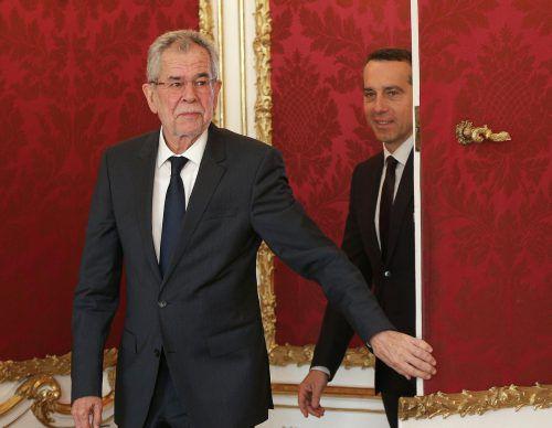 Bundespräsident Van der Bellen (l.) hatte am Montag viel zu tun. Nicht nur Kern (Bild), sondern auch Kurz, Strache und Glawischnig waren bei ihm. APA