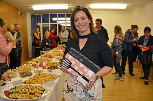Caroline Hirschauer mit dem Kochbuch von ChorALLLE.