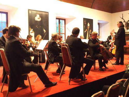Das Arpeggione-Kammerorchester unter Robert Bokor im Rittersaal des Hohenemser Palastes. Foto: JU