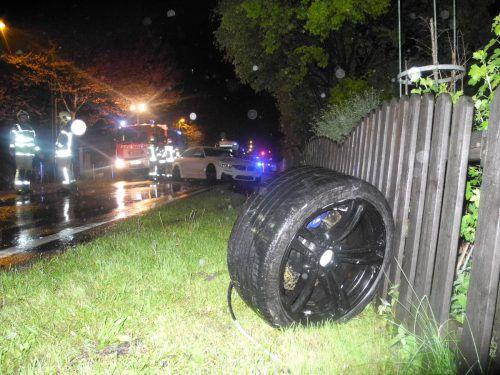 Das Auto einer 43-Jährigen drehte sich um 180 Grad, jenes eines 22-Jährigen kam erst in der angrenzenden Wiese zum Stillstand. Foto: Polizei