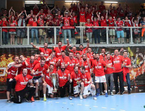 Das Meisterteam des Alpla HC Hard feierte mit den mitgereisten Fans den Gewinn der sechsten Krone im ÖHB-Männerhandball .  Foto: Gepa