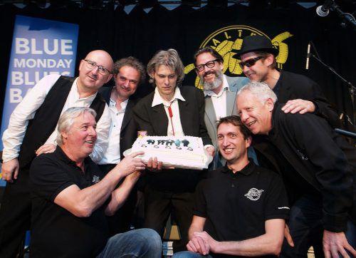 """Das Team vom Alten Kino mit Armin Wille, Michael Mathis und Christian Kopf gratulierte der """"Blue Monday Blues Band"""" zum Jubiläum. Fotos: sie"""