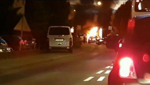 Das Video zeigt, wie die Flammen aus dem Motorraum des Fahrzeugs schlagen. Screenshot: Leserreporter