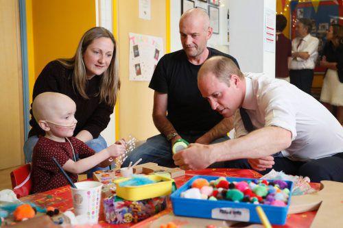 Der dreijährige Charlie Miller lud Prinz William bei seinem Krankenhausbesuch auf eine Partie Bauklötze bauen ein. Foto: APA