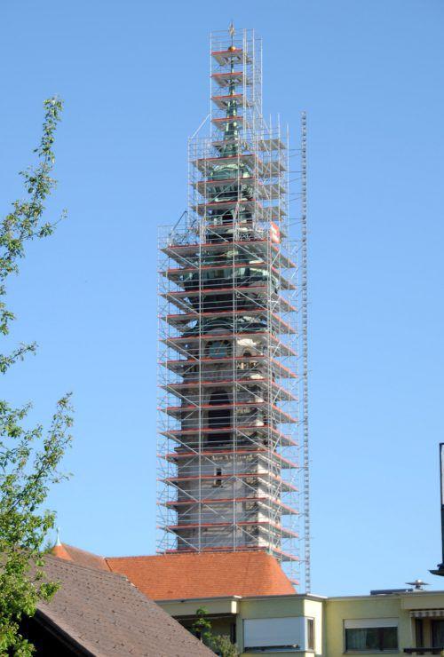 Der eingerüstete Höchster Kirchturm: Die Kupferhaube des Turms ist dringend reparaturbedürftig.