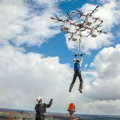 Fallschirmspringer springt von Drohne ab