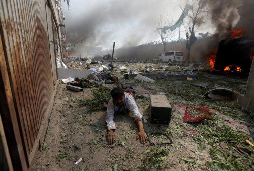 Der verheerenden Selbstmordanschlag in Kabul forderte zahlreiche Opfer. Ein verletzter Mann wartet auf Hilfe.  Foto: reuters