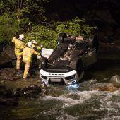 Auto landete im Fluss