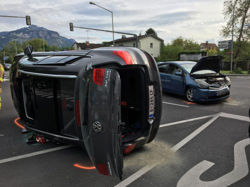 Der VW Tiguan kam nach der Kollision mit dem Toyota Prius auf der Fahrerseite zum Liegen. Die Feuerwehr befreite den VW-Fahrer. VOL/Rauch