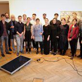"""<p class=""""caption"""">Die 18 Künstler luden zur Eröffnung ihrer gemeinsamen Ausstellung """"Reproduktion"""" in die Villa Claudia.</p>"""