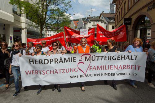 Gertraud Burtscher (M.) führte die Oma-Revolte-Demonstration am 12. Mai in Bregenz an. Foto: VN/Paulitsch