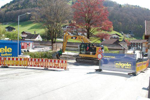 Die Bauarbeiten an der neuen Alpin-Sport-Zentrale in Schruns laufen bereits. Auf einen offiziellen Spatenstich wurde verzichtet. Foto: str