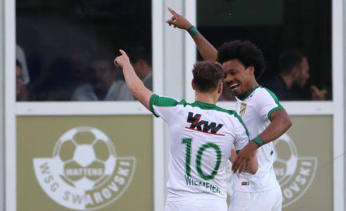 Die beiden Lustenauer Torschützen Julian Wießmeier (Nummer zehn) und Bruno bejubeln ihre Treffer in der Anfangsphase. Foto: gepa